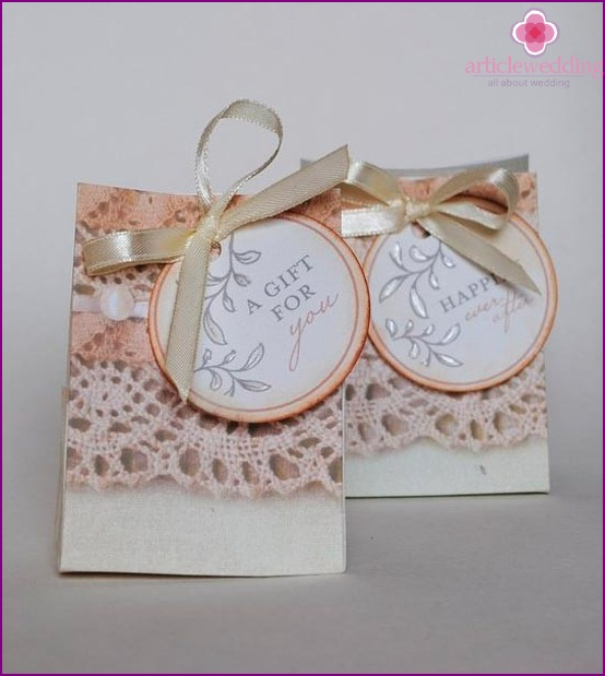 Lace in the design of wedding accessories