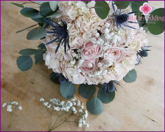 Insert a thistle into a bouquet