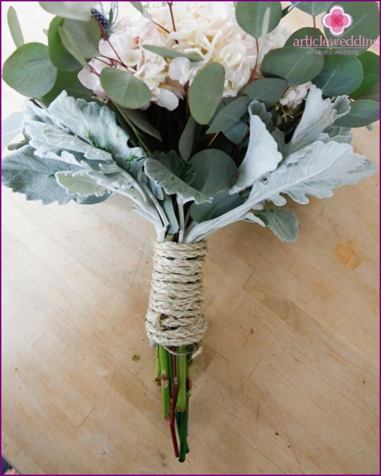 Tie the handle of the bouquet with a rope