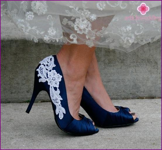 Syvän sininen morsiamen kengät