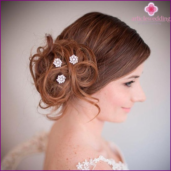 Gentle hairpins in the hairstyle