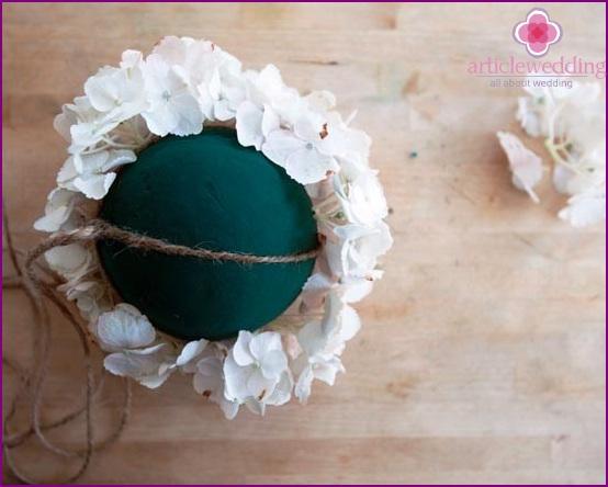 Wir legen Blumen in eine Schaumkugel