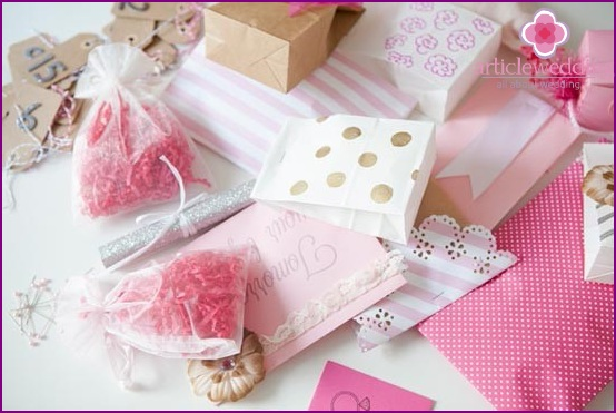 Pack gifts in boxes