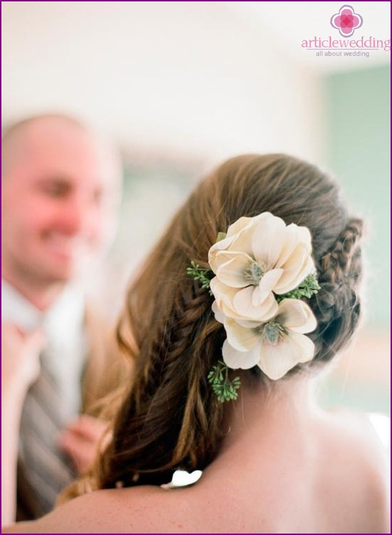 Flower hairpin combined with braids