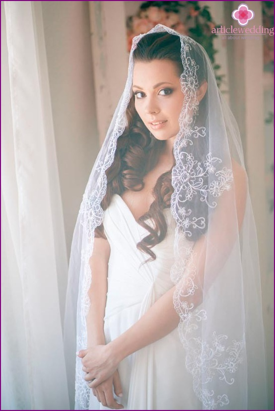 Veil with lace elements