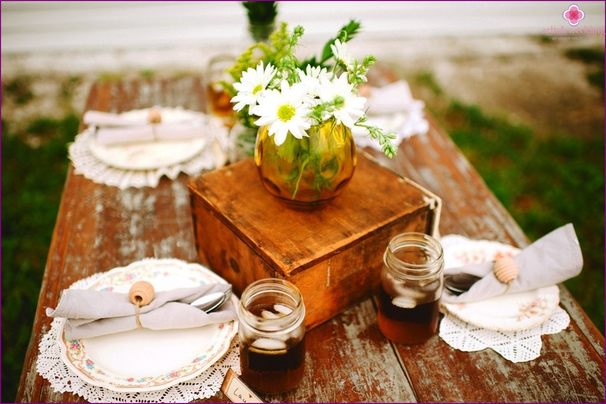 Wedding decoration in the theme of honey