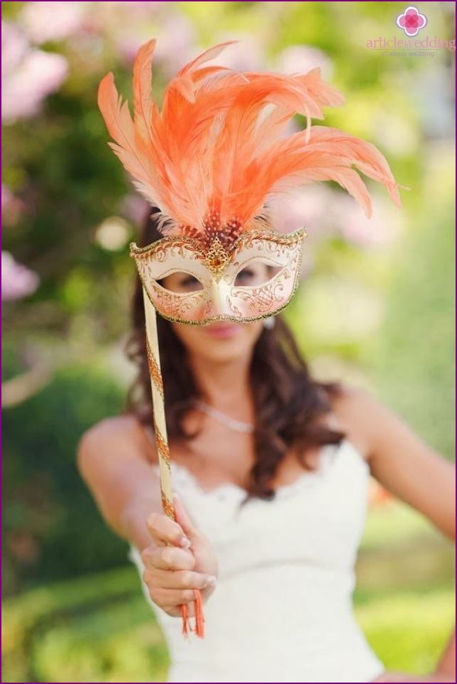 Masks as an accessory for the wedding photo zone