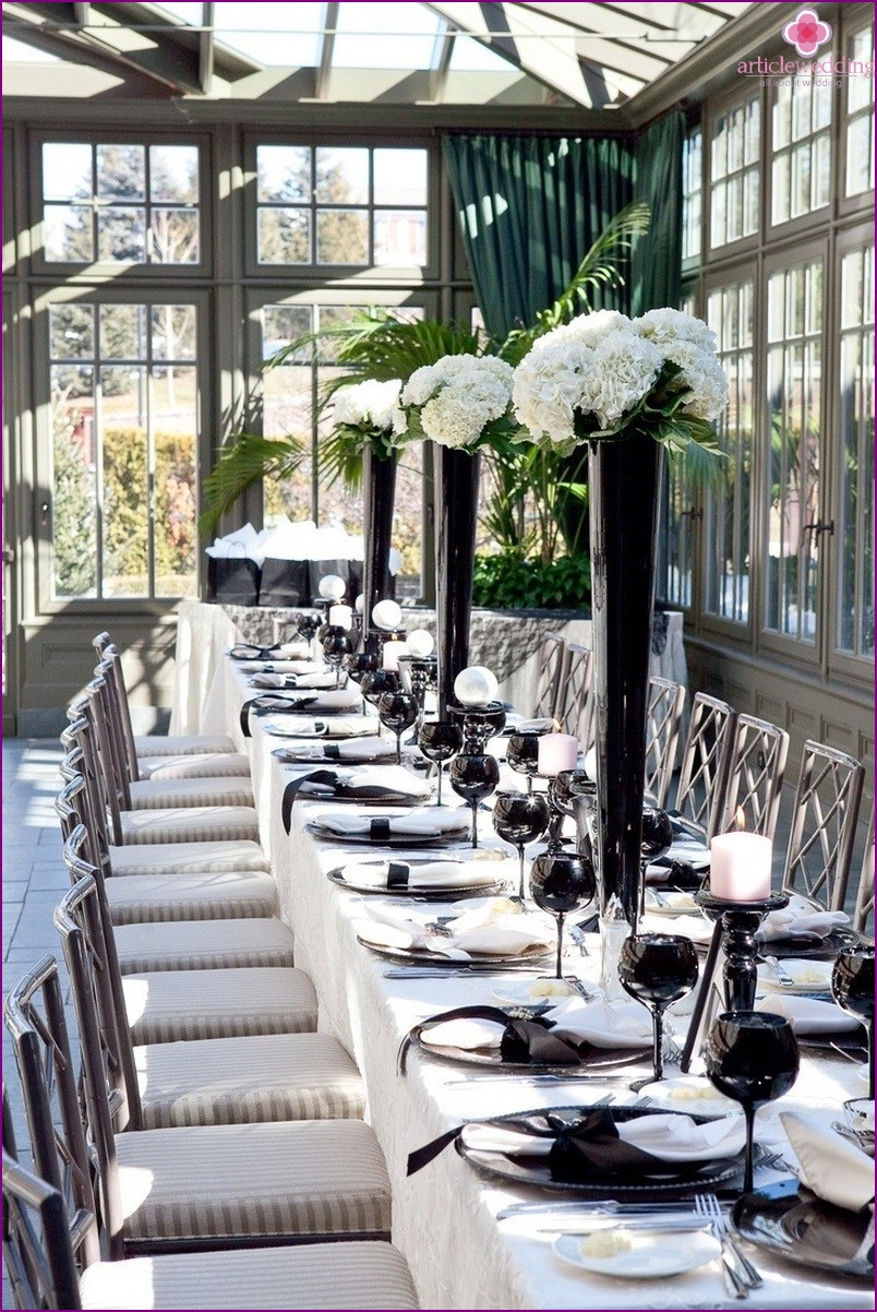 The design of the banquet hall for the wedding a la Coco Chanel