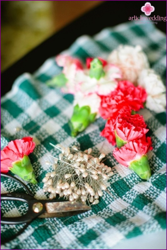 Cut the stems of carnations
