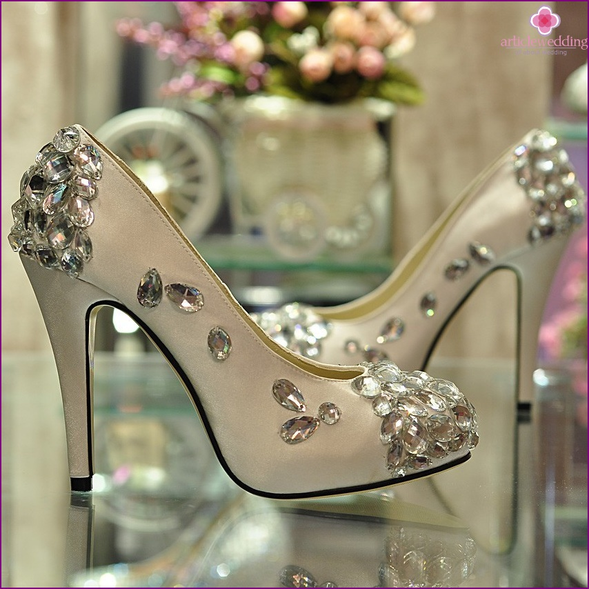 Decor of wedding shoes with stones and beads