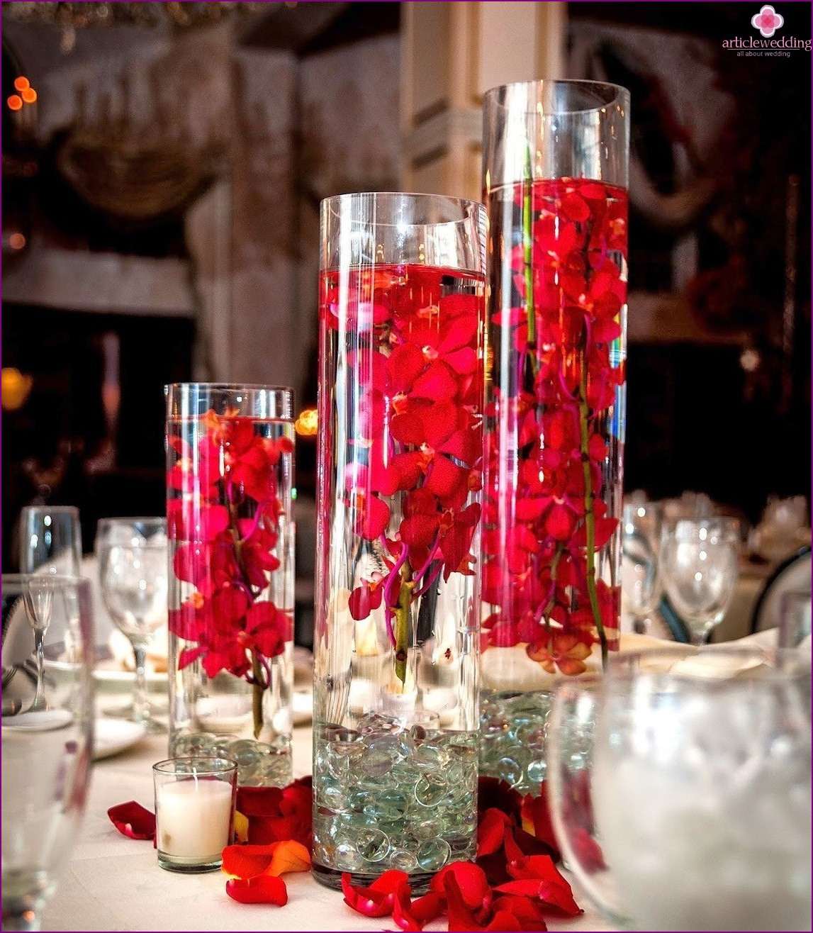 White and red table decor