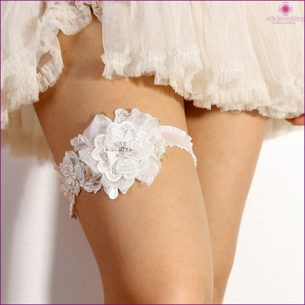 Delicate garter with a flower