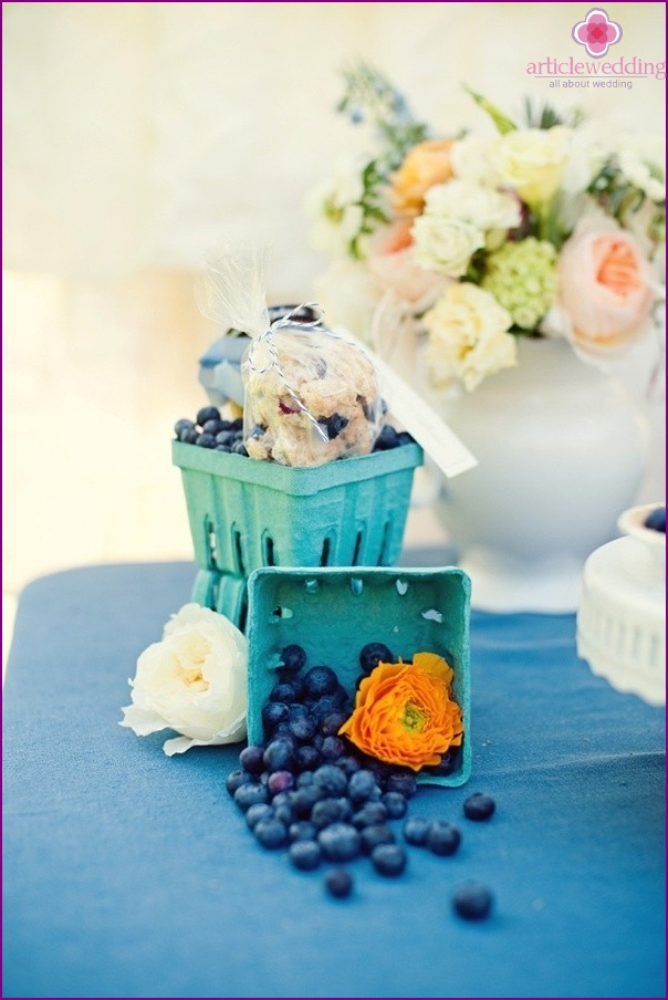 Table decor with blueberries and flowers