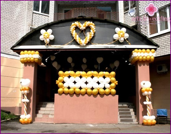 Decoration of the entrance to the wedding