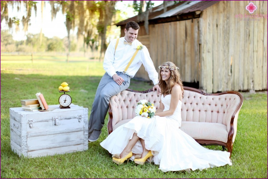 Newlyweds in a lemon style.