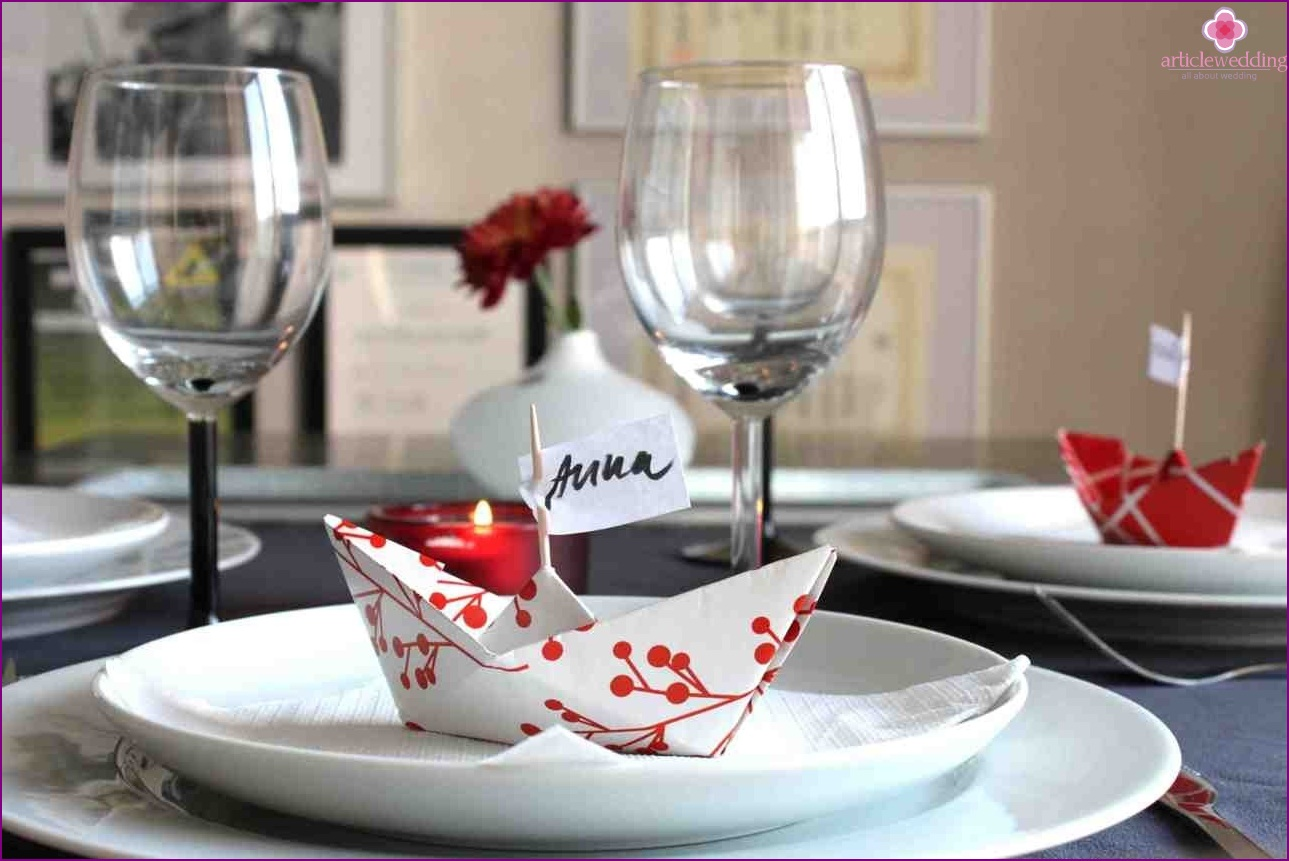 Origami boats in the decoration of wedding tables