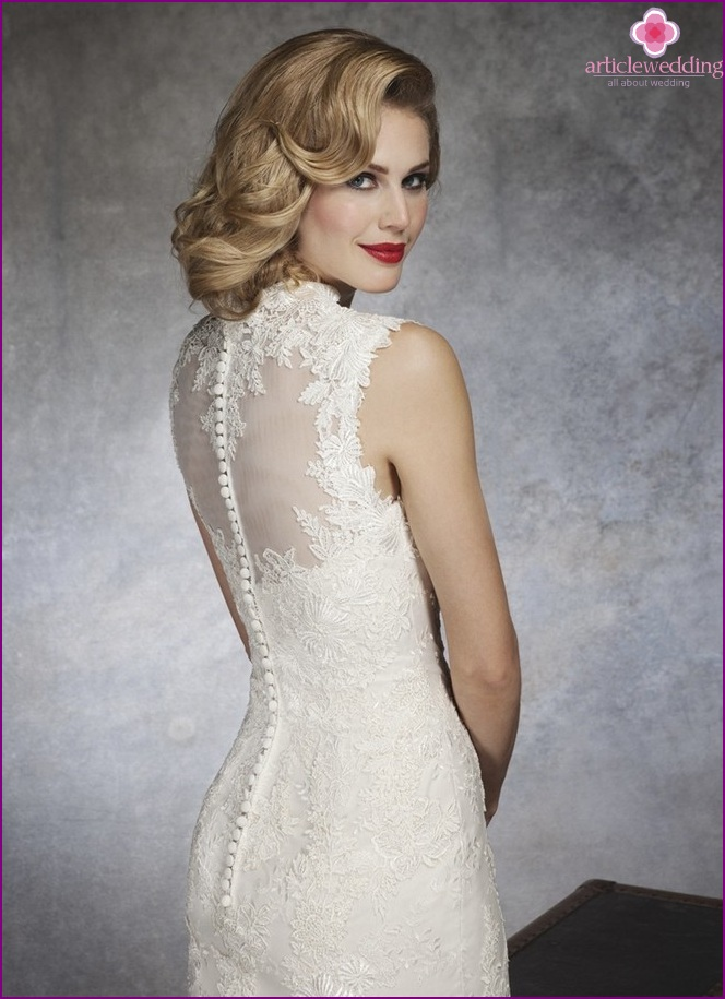 Dress with a closed back
