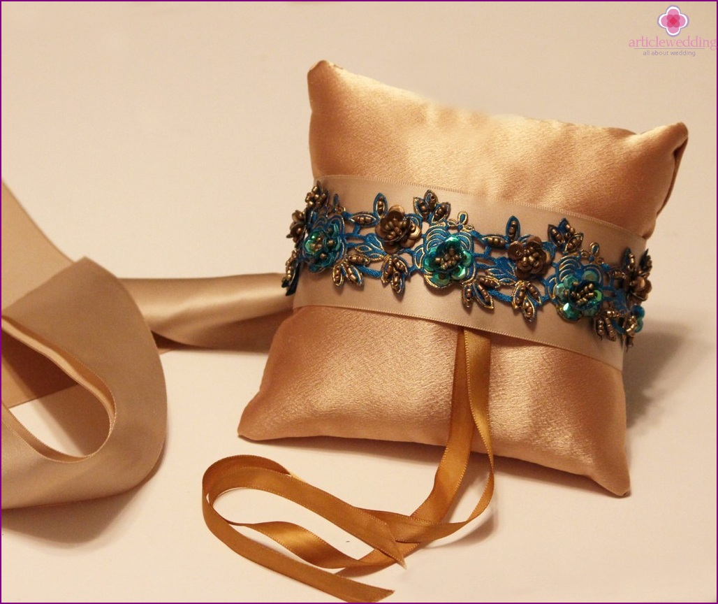 Cushion for rings in gold color