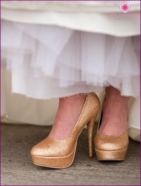 Wedding shoes in gold color