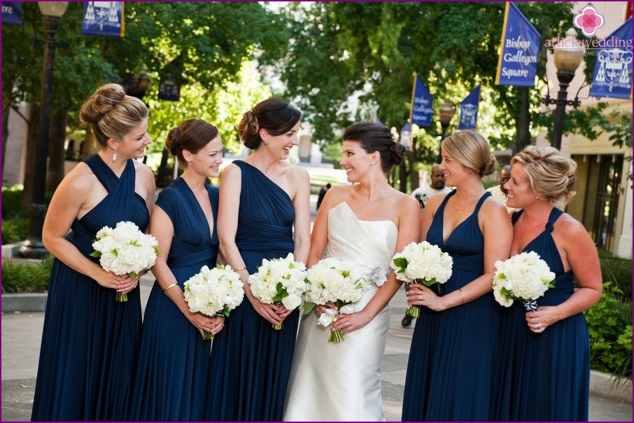 Outfits of bridesmaids in blue