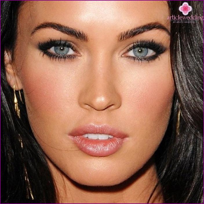 Make-up für dunkles Haar und graue Augen