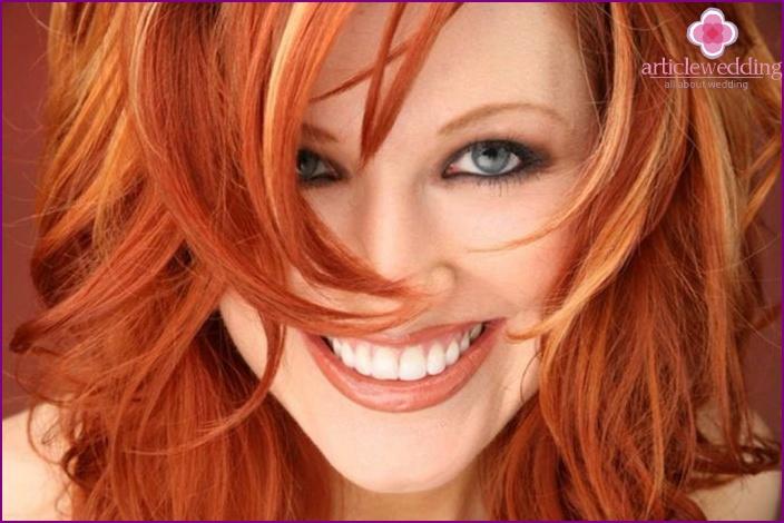 Make-up für rote Haare und graue Augen