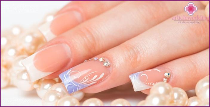 Harmonious combination of rhinestones on the nail plate