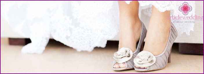 The decoration of the wedding shoes should be harmonious