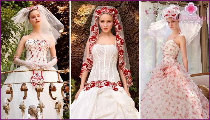 Blumendekor von rot-weißen Brautkleidern