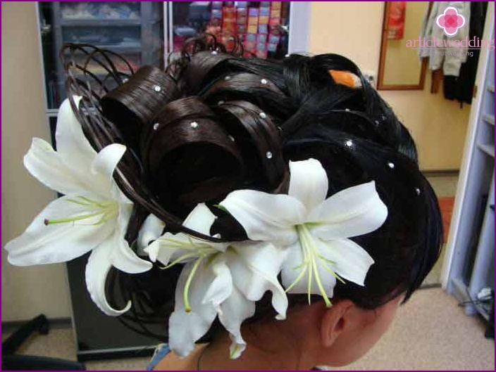 Decoration of hair of the bride and groom with live buds