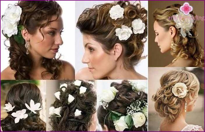Braut legen mit lebendigen weißen Rosen