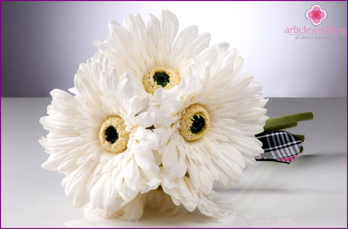 The association of the sun in the bride's bouquet with gerberas