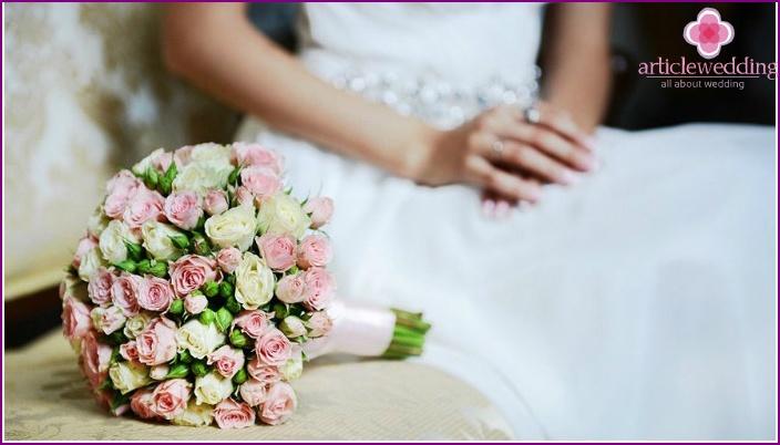 Sanfte Töne des Hochzeitsblumenarrangements der Braut