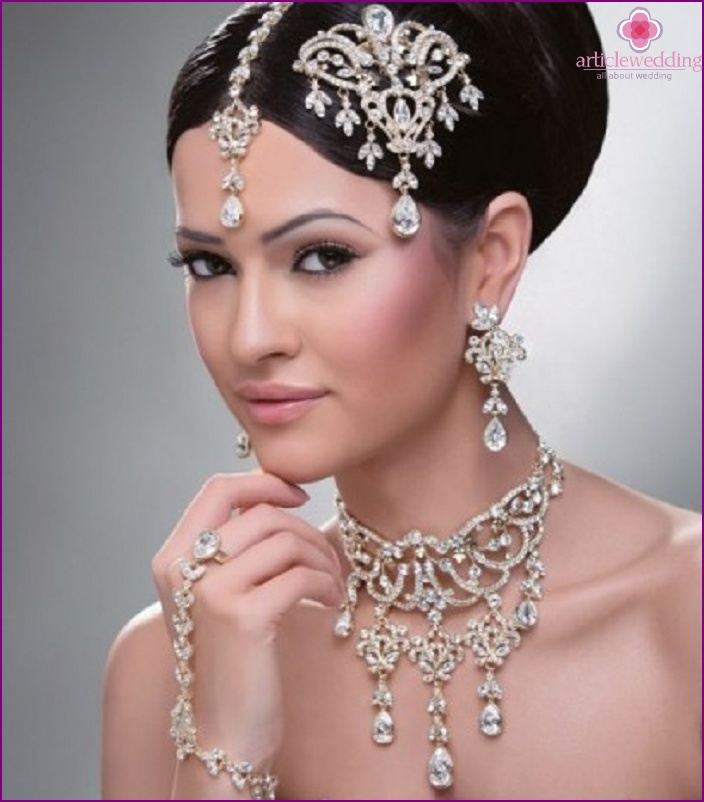 The combination of earrings with other newlywed jewelry