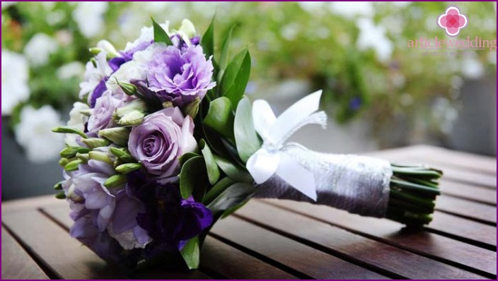 Lilac wedding arrangement with roses