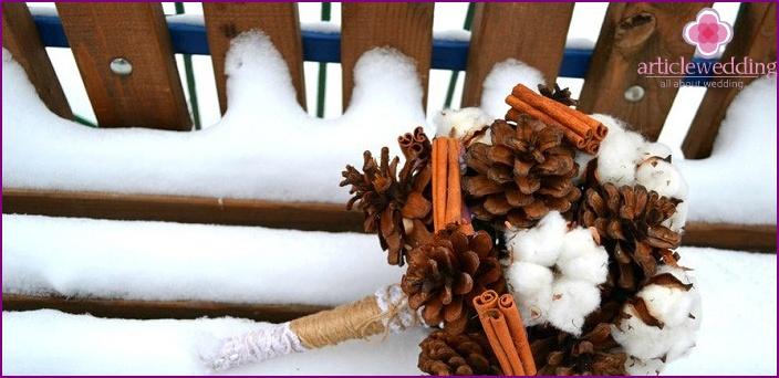Baumwolle und Zapfen sind ideale Materialien für einen Blumenstrauß