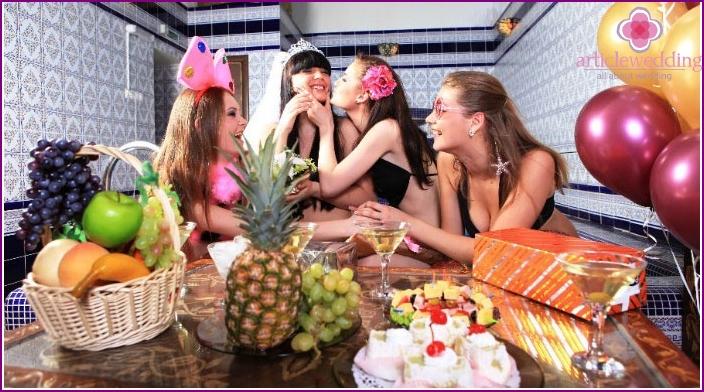 Häät edeltävä bachelorette-juhla saunassa