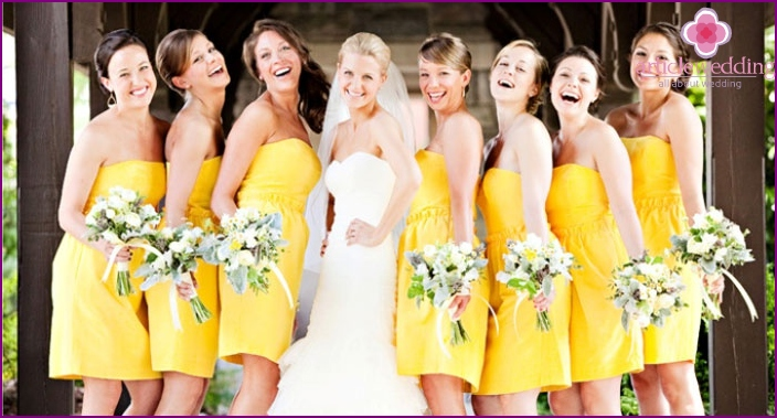 Wedding dresses of girlfriends of the same color and style