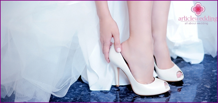 The bride puts on a shoe
