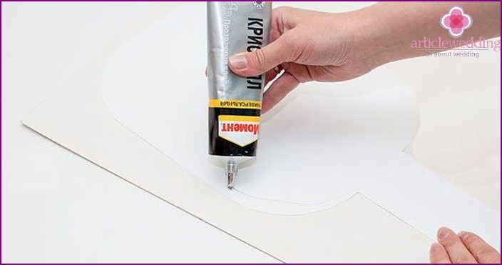 Lubricate the layout of the plate on the back with glue