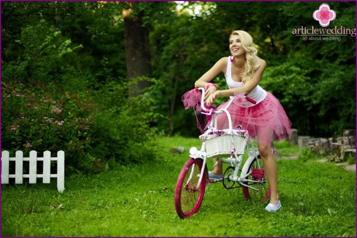 Üppige Locken für eine Junggesellenparty im Barbie-Stil