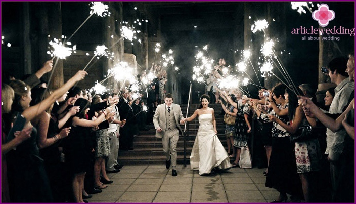 The completion of the wedding for 20 people: sparklers