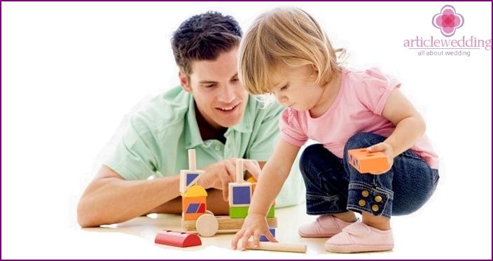 Tuleva aviomies leikkii lasten kanssa