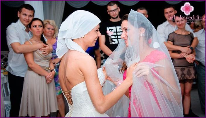 Morsian ja naimaton tyttöystävä tanssivat yhdessä