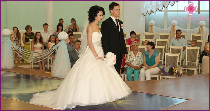 Solemn start of the wedding ceremony in the registry office