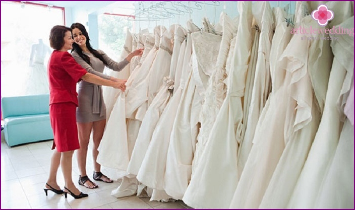 How to choose a dress for the bride with a future mother-in-law
