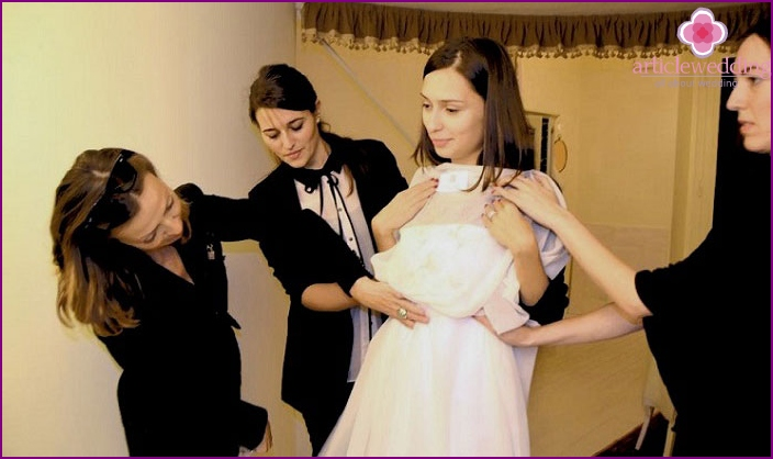 Buying a wedding dress by the bride's parents