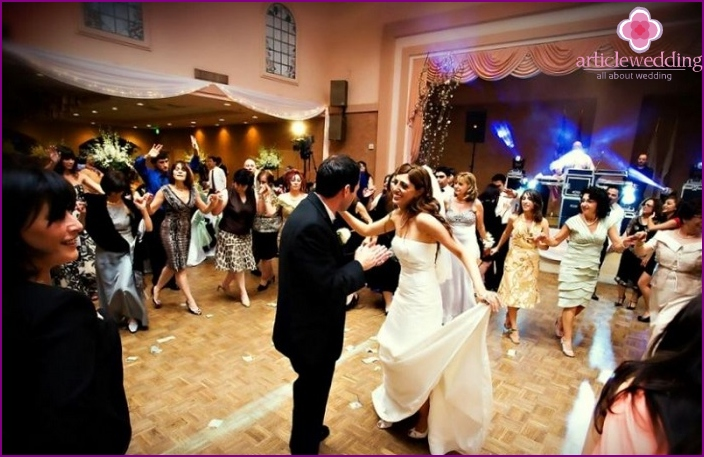 The first dance of the newlyweds in a cafe