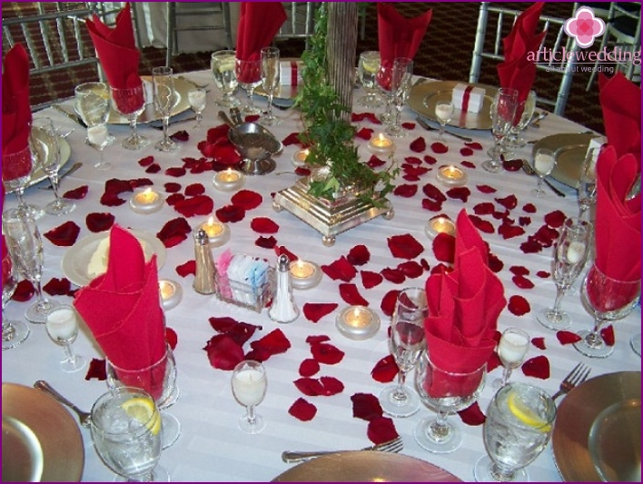 Decor of a wedding table of roses