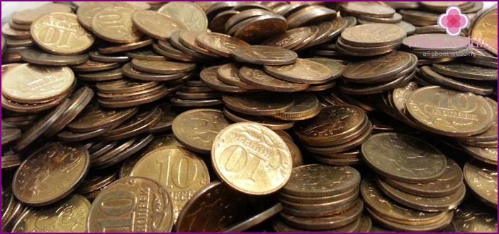 Münzen zum Duschen auf einer goldenen Hochzeit